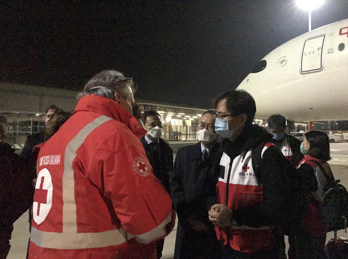 中国派往意大利的防疫专家组成员抵达罗马